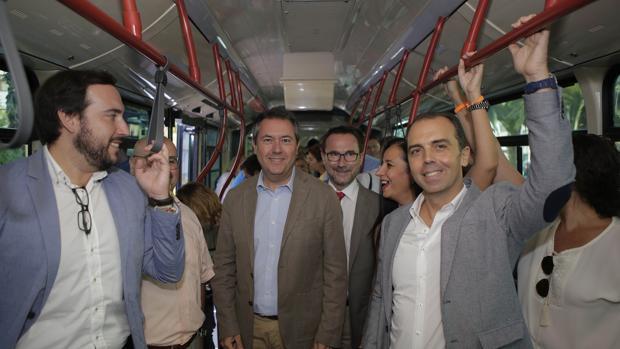 El Alcalde de Sevilla, Juan Espadas, en el interior de la nueva línea de Sevilla Este