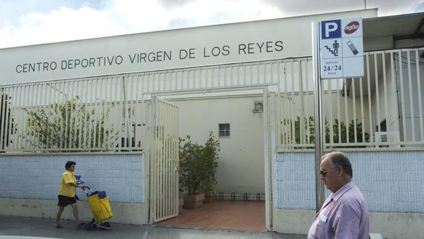 Exterior del centro deportivo Virgen de los Reyes en una foto de archivo