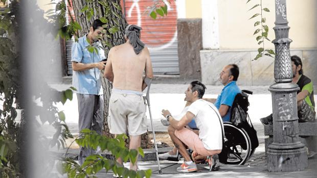 Un grupo de hombres se reúnen en la plaza del Pumarejo