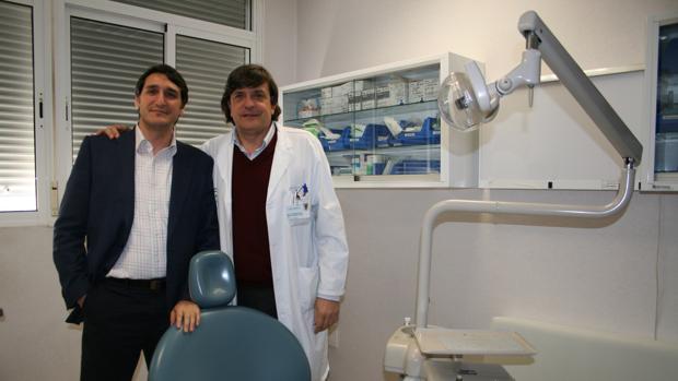 El profesor Daniel Torres Lagares (izquierda) y el doctor José Luis Gutiérrez Pérez