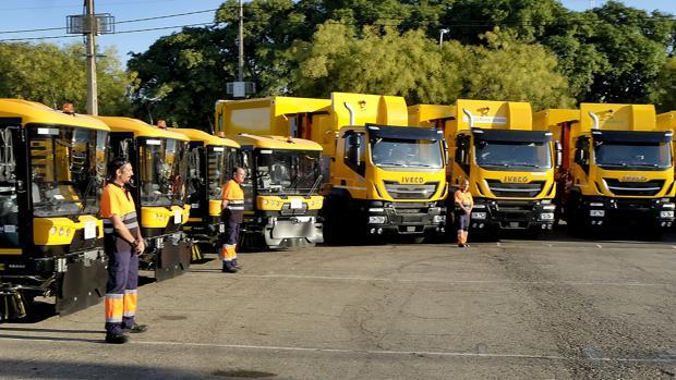 El alcalde de Sevilla, Juan Espadas, ha presentado los nuevos vehículos de Lipasam