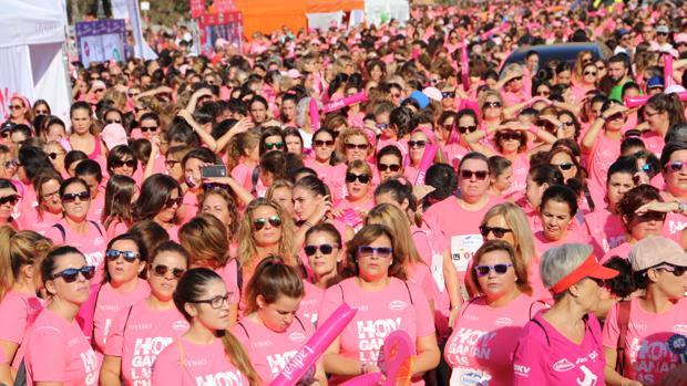 Miles de corredoras antes de la prueba, este domingo