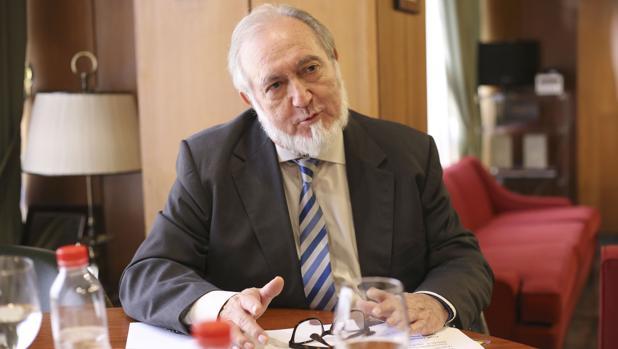 Juan Bautista Alcañiz, presidente del Colegio de Médicos de Sevilla