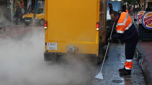 Efectivos de Lipasam en pleno servicio de limpieza viaria
