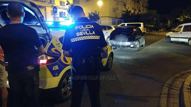 Agentes de la Policía Local de Sevilla, en el domicilio del detenido