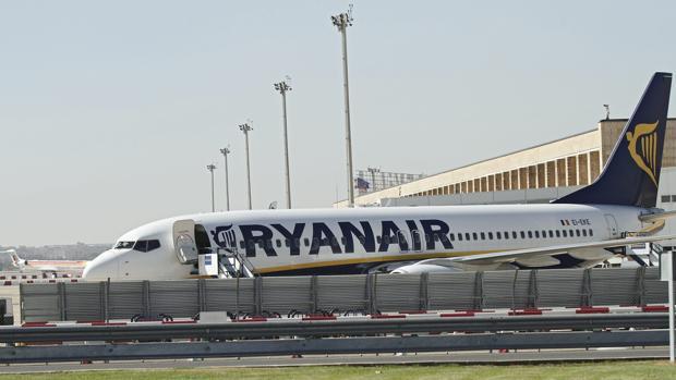 Un avión de Ryanair en el aeropuerto de San Pablo