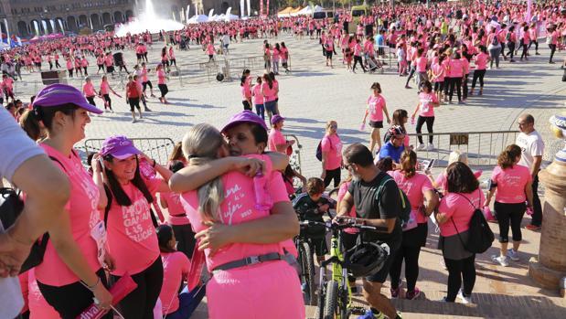 Participantes de la Carrera de la Mujer se abrazan tras la suspensión