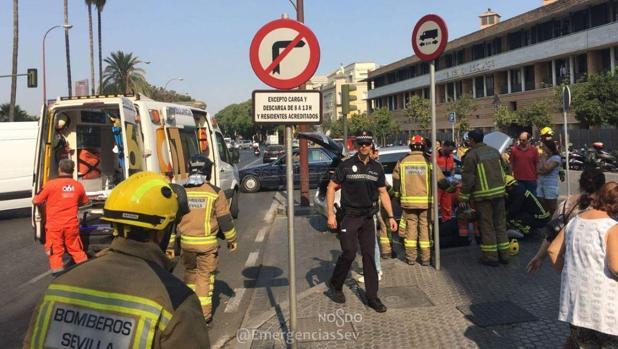 Bomberos han acudido al lugar del suceso ya que la conductora se encontraba atrapada