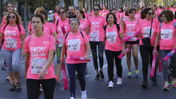 Particiopantes en la Carrera de la Mujer dejan la zona de salida de la prueba