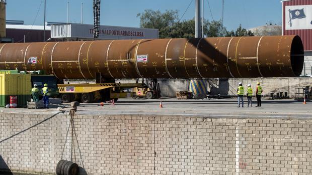 Transporte de una de las piezas metálicas que se fabrican en Sevilla