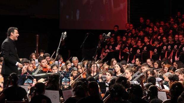 El director de orquesta, Pedro Vázquez, en la función final del año pasado