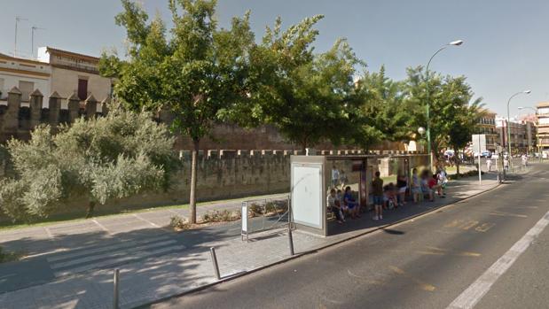 Los hechos tuvieron lugar en una parada de autobús de la calle Parlamento de Andalucía