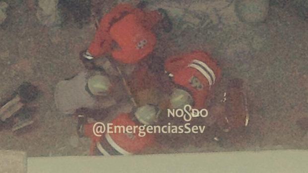 Los servicios de emergencias han rescatado con éxito a dos operarios que trabajaban en un edificio de Nervión