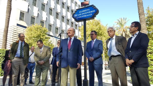 El alcalde de Sevilla, Juan Espadas, ha inaugurado este miércoles la Glorieta de los Ingenieros Industriales