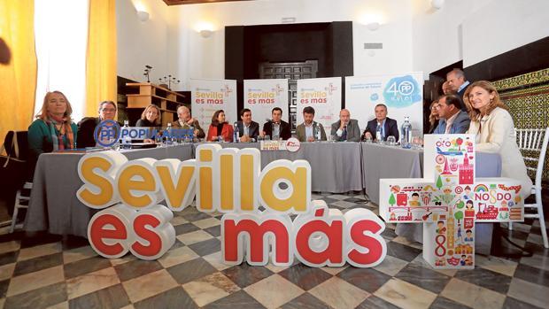 Beltrán Pérez y Juanma Moreno durante la celebración del foro de infraestructuras