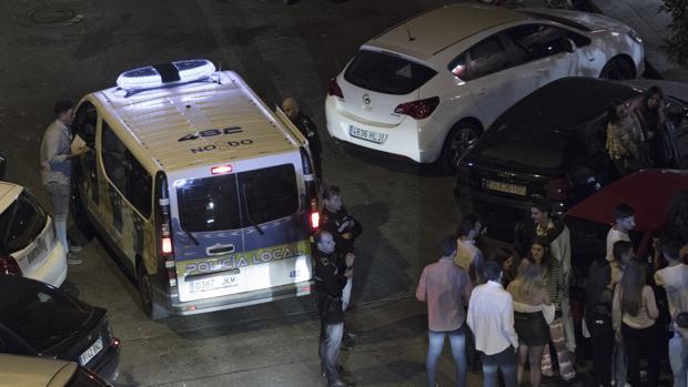 La Policía Local llega a una zona de botellón en Sevilla