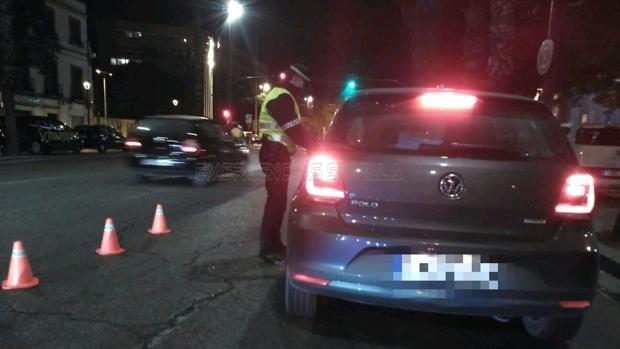 Un agente de la Policía Local para a un condcutor