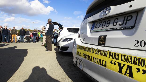 Concentración de taxistas para debatir sobre la irrupción de plataformas web