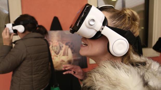 Una joven prueba las gafas de realidad virtual para ver el Belén Cajasol de la pasada edición