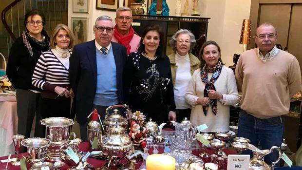 Pedro Ruiz, secretario de Cáritas Sevilla, junto a los voluntarios y organizadores del mercadillo de Navidad