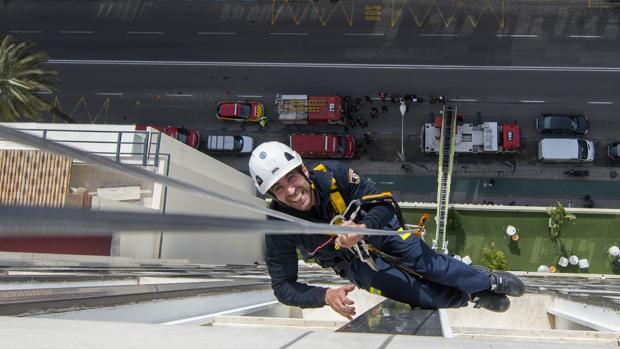 Un bombero practicando escalada en Sevilla
