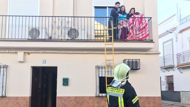 La familia de la vivienda de la calle Falla ha sido rescatada este sábado por los bomberos