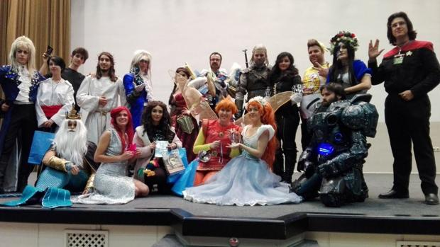 Un grupo de jóvenes disfrazados en uno de los escenarios del Palacio de Cogresos y Exposiciones