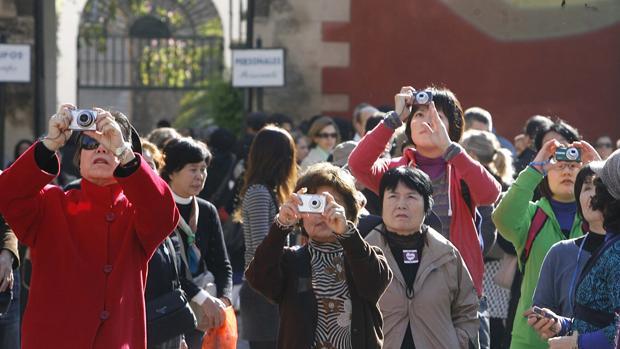 Un grupo de turistas asiáticos en Sevilla