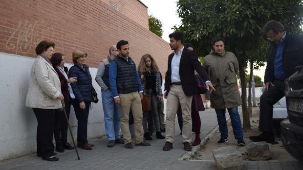 El popular Beltrán Pérez, con los vecinos de Bami