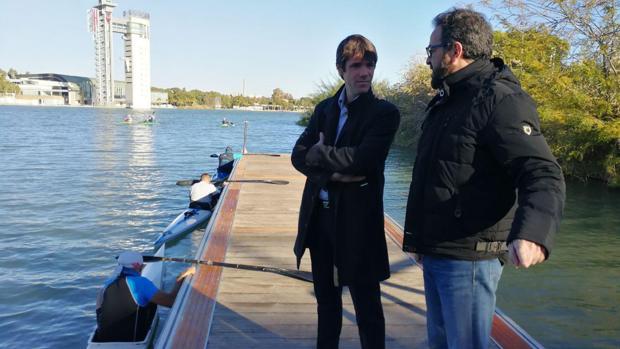 David Guevara visita el nuevo pantalán en el río