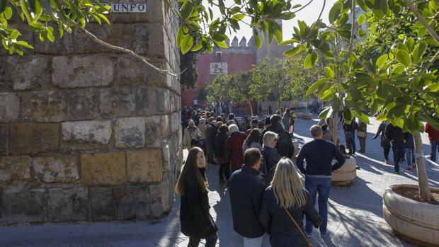 Colas en el Alcázar este 6 de diciembre