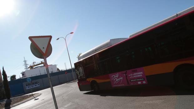 Un autobús de Tussam en el Polígono Sur