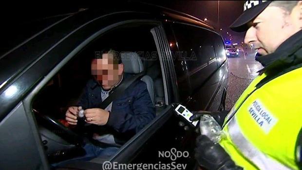 La Policía Local realizando un test de alcoholemia en Nochevieja