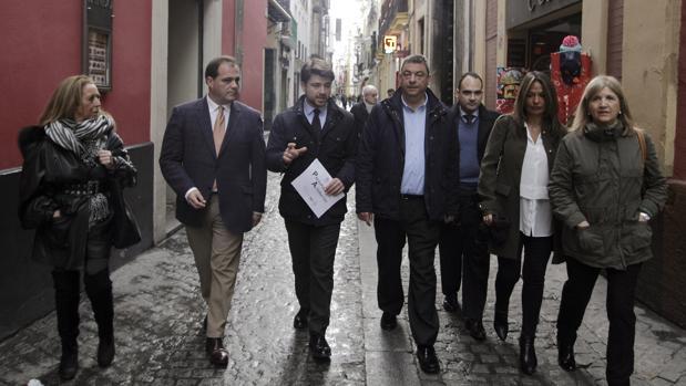 Beltrán Pérez y el resto de concejales del PP del ayuntamiento de Sevilla