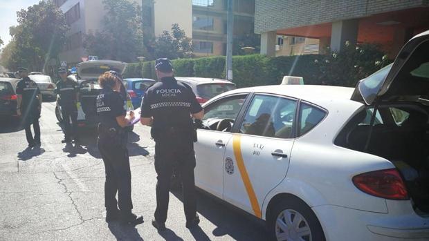 Agentes de la Policía Local multan a un taxista