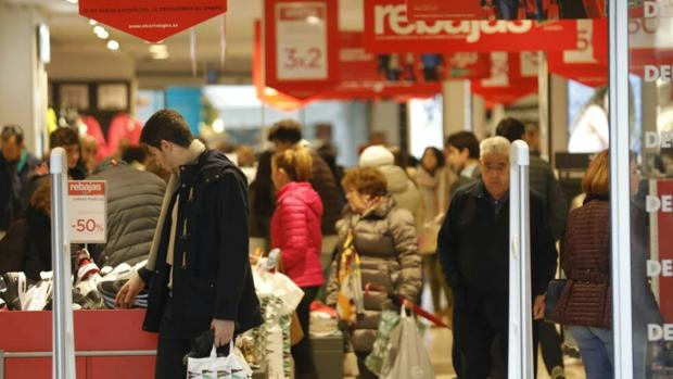 Muchos comercios han comenzado hoy con as tradicionales rebajas de enero