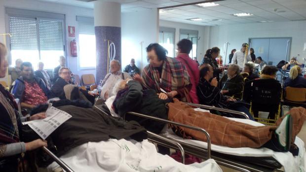 Sobre estas líneas, urgencias del Hospital General del Virgen del Rocío ayer a las tres de la tarde