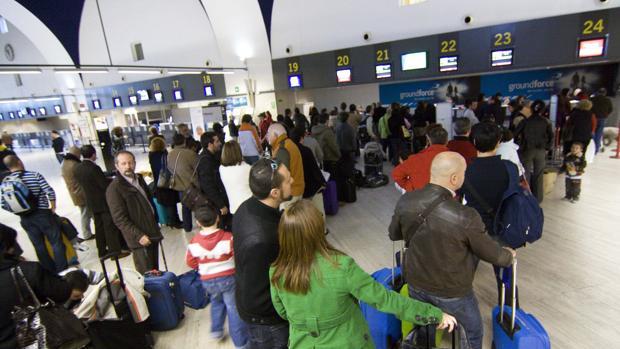 Pasajeros a la espera de facturar sus maletas en San Pablo