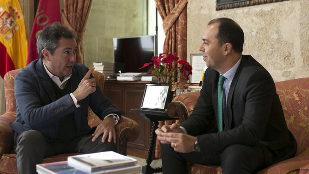 El alcalde y portavoz de Ciudadanos abordando el proyecto presupuestario de 2018