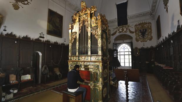 Abraham Martínez toca el órgano durante un ensayo en el convento de Santa Inés