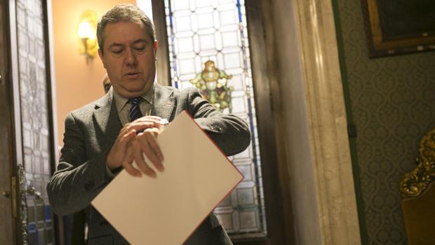 El alcalde de Sevilla, Juan Espadas, mirando el reloj este viernes antes de anunciar el nuevo protocolo con Altadis