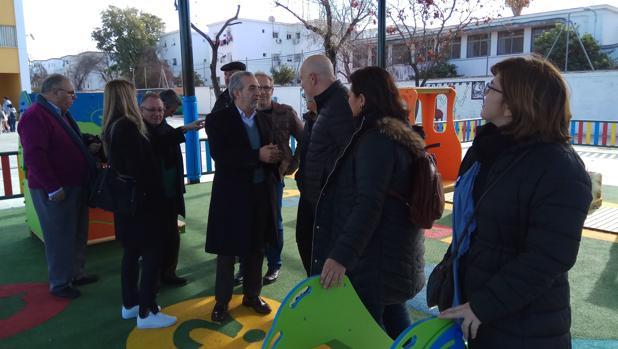 Visita del delegado del distrito Cerro-Amate, Juan Manuel Flores, al colegio Victoria Díez