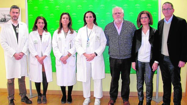 Miembros del equipo médico de Valme junto con responsables de la asociación Asprocese