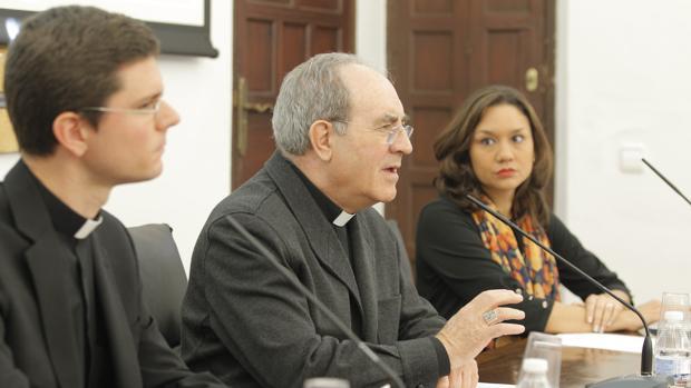 Manuel Jiménez, monseñor Asenjo y Olga Mathus durante la presentación del nuevo canal diocesano