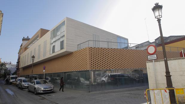 Edificio del arquitecto González Cordón en la calle Santander, junto a la Casa de la Moneda, un edificio que es monumento y Bien de Interés Cultural