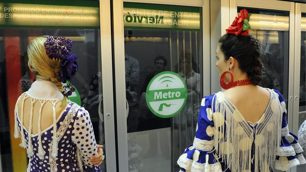 Dos usuarias esperan la llegada del vehículo durante la Feria