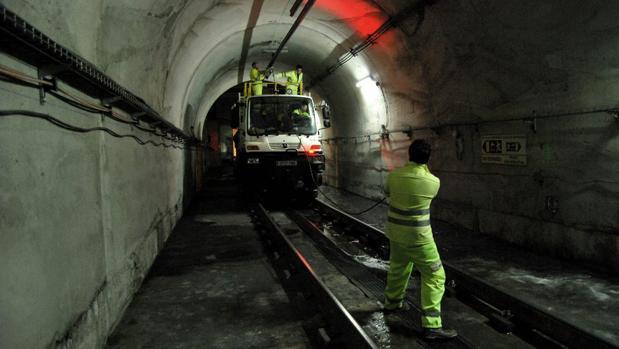 Operarios del Metro de Sevilla bajo el túnel
