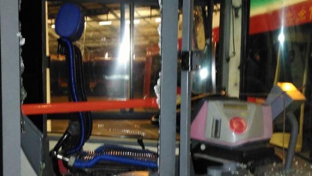 Imagen de la mampara rota este viernes por un usuario con un extintor