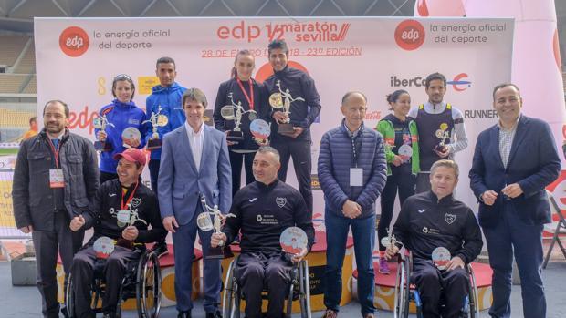 Vencederos en el Medio Maratón de Sevilla de 2018, junto a miembros del Ayuntamiento y la organización