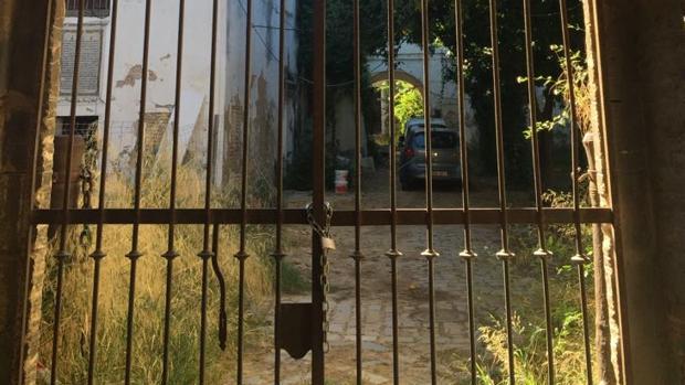 Una de las puertas del monasterio en un lamentable estado de conservación, propiedad de la Junta de Andalucía